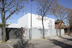 Detached house of new building in Sant Cugat of the Vallès, of ground floor and floor, in a volumetric unitary set, shed roof, executed with a single materia. Shed Roof, Detached House, Ground Floor, Cat, Building, Cat Breeds, Buildings, Cats, Construction