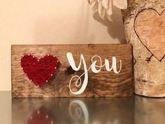 Diese entzückenden Holz Zeichen verfügen über ein String Herz mit einem handgemalten Sie  Die ❤️You-Zeichen macht die perfekte Valentinstag Geschenk für Ihre speziellen jemand oder sogar einen Freund. Sie sind ein großer Akzent an jeder Wand, Regal oder Tisch.  Saw Zahn Aufhänger ist auf Anfrage erhältlich. Möchten Sie einen Sägezahn Aufhänger auf der Rückseite bitte lassen Sie mir eine Nachricht mit Ihrer Bestellung.  Möchten Sie Ihr Herz mit einer anderen Farbe aufgereiht werden, die ohne…
