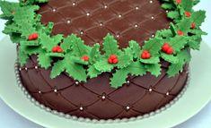 Možná tento způsob zdobení znáte, ale pozor: Přestože je to dort potažený fondánovou hmotou (zde obarvenou do tmavého odstínu), uvnitř se ukrývá výborný, ne příliš velký čokoládový korpus plněný smetanovou pěnou ztuženou želatinou a ochucenou mandlovým marcipánem a voňavým zázvorem. Cupcake Cookies, Cupcakes, Christmas, Recipes, Food, Czech Republic, Tv, Xmas, Cupcake Cakes