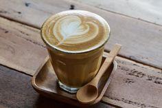Espresso, Ristretto, Latte Macchiato - do you speak Americano? Kaffee ist nicht gleich Kaffee! Espresso, Latte Macchiato, Americano, Ristretto, Cappuccino, Café au Lait, Mokka… die Zahl der Kaffeespezialitäten ist kaum überschaubar. Doch wodurch unterscheiden sich diese eigentlich tatsächlich? Und wie bereitet man sie zu? Als guter Gastgeber und Kenner der Kaffee-Szene schadet es nicht, Know How auf diesem Gebiet zu besitzen. earlybird coffee klärt euch auf ;)