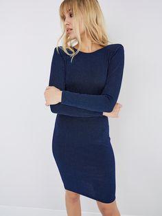 En ufôret tettsittende kjole med glitter-striper og med åpen rygg og skulderputer. Kjolen rekker til kneet.