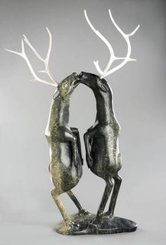 Shorty Killiktee Kimmirut (Nunavut) 1949 – (?) 1993 TOUTES LES OEUVRES DE CET ARTISTE Sans titre (Deux caribous) 1990 Serpentine, andouiller de caribou 86 x 52 x 35 cm (approx.) Don de Lois et Daniel Miller à l'occasion du 150e anniversaire du Musée des beaux-arts de Montréal, inv. 2010.654.1-5 © Reproduced with the permission of Dorset Fine Arts
