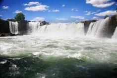 Alimentada pelas águas do Rio Novo, a Cachoeira da Velha é a maior cachoeira do Jalapão e uma das suas principais atrações. Nela, as águas correm em grande quantidade, despencando por duas quedas em formato de ferradura, cada uma com mais de 20 metros de largura. Um espetáculo imponente, em que a natureza mostra sua exuberância e toda a sua força.    Bem próximo à Cachoeira da Velha existe u