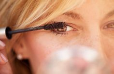 Mascara är en stapelvara i necessären och utbudet växer för varje år. Vi har testat oss igenom 2016 års nyhetsskörd, från billigare varianter från märken somL'Oréal och Max Factor till dyrare modeller från bland annat Lancôme och Helena Rubinstein, och utsett bäst i test. Vi ger också de bästa tipsen för magiska fransar (visste du till exempel att det finns primer för ögonfransarna?), guidar till de bästa mascaraborstarna och varnar för de vanligaste mascaramisstagen.
