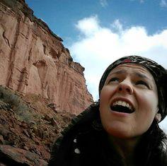 GUAUUUU  Así te dejan los paredones del Cañón de #Talampaya. Enfrentarse a 250 millones de años no es sencillo ni pasa todos los días. #Viajes #LaRioja #Argentina @pntalampaya @turismolarioja  #travelgram #fotodeldia #picoftheday #backpacker #mochilero #AmoViajar #viajarenpareja by con_los_pies_por_la_tierra
