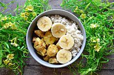 kurczak curry z bananem 3 porcje po 400 kcal 450 g fileta z kurczaka 1 banan 100 ml mleczka kokosowego 1 cebula 100 g ząbek czosnku 5 g łyżeczka oliwy 5 g curry, ziarna kolendry, trochę cynamonu i kardamonu, szczypta gałki muszkatołowej, 2 goździki, sól, pieprz 120 g suchego ryżu parboiled