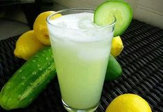 Si sientes calor y quieres hidratarte, puedes tomar un jugo muy sencillo de elaborar y que, a continuación, te detallamos:  Ingredientes: 1 pepino pelado y sin semilla 2 limones 1 taza de agua 5 hojas de menta  Preparación: Pelar y picar el pepino y desechar sus semillas. Extraer el jugo de los limones y verter en la licuadora junto con el resto de los ingredientes. Licuar por unos instantes. Tomar cuando se sienta calor. http://www.jugos-curativos.com/deshidratacion.html