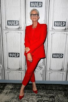 """Jamie Lee Curtis attends the Build Series to discuss """"Halloween"""" at Build Studio on October 2018 in New York City. Get premium, high resolution news photos at Getty Images Silver Grey Hair, Gray Hair, Hair Color Shades, Wearing All Black, Red Suit, Sexy Older Women, What To Wear, Celebrity Style, Street Style"""