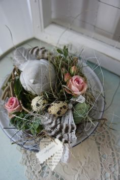 Eine lieblich zauberhafte Deko.... Auf einem alten Emailleteller hat sich ein Spatz aus Stein sein Nest gebaut, mit zarten Romantikrosen die noch eintrocknen den Garten angelegt und sitzt nun...