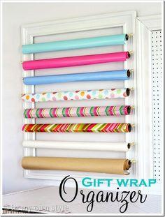 Presentpapper hängt på en ram