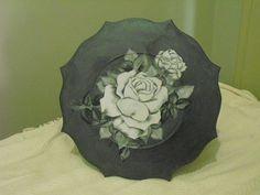 Lindo sousplat em madeira MDF. Com pintura metalizada, decoupage e impermeabilizado. http://www.elo7.com.br/sousplat-rosa-branca/dp/1D563B
