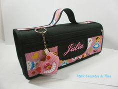 Linda bolsa com 4 divisórias,ótima para organizar materiais de uso pessoal ou como estojo escolar.  ÓTIMO para presentear !!!  Medida bolsa aberta L 23,5 X A 8,5 x C 41,5 cm  Medida bolsa fechada L 23 X C 9 cm