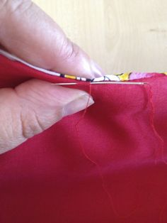 Tuto : remark coudre un level invisible Point Invisible, Invisible Stitch, Coin Couture, Couture Sewing, Sewing Online, Crochet Supplies, Crochet Basics, Double Crochet, Sewing Hacks