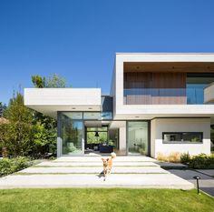 Conheça os melhores modelos e projetos de sobrados modernos com fotos para se inspirar. Confira agora mesmo para encontrar a fachada ideal.