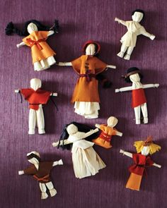 This autumn, inspire children to incorporate seasonal symbols such as  leaves, apples, pumpkins, and ghosts into their craft projects.These harvest-time dolls are understated, easy to make even for children, and truly ingenious  -- requiring not much more than some husks, twine, glue, and felt. Kids Fall Crafts, Thanksgiving Crafts For Kids, Autumn Crafts, Holiday Crafts, Thanksgiving Table, Christmas Tables, Thanksgiving Activities, Fall Table, Autumn Activities