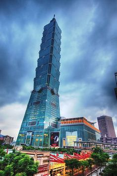 Taiwan's Taipei 101 - was the tallest building in the world from - now undergoing renovations to become the world's tallest green, LEED certified building. Unusual Buildings, Amazing Buildings, Modern Buildings, Amazing Architecture, Art And Architecture, Creative Architecture, Interesting Buildings, Taipei 101, Taipei Taiwan