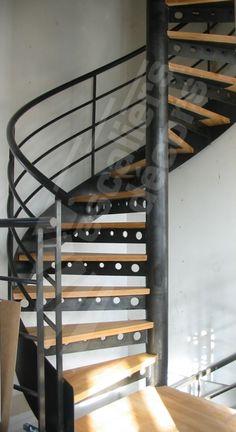 Photo DH77 - SPIR'DÉCO® Standing. Escalier intérieur en colimaçon, métal et bois pour une décoration design et contemporaine type loft. Marches type plateau bois massif sur une platine renforcée par une console métallique avec trous ronds décoratifs. Option limon formant ruban en tôle roulée en extérieur des marches soulignant les courbes de l'escalier hélicoïdal. Rampe contemporaine composée d'une main courante ergonomique en tube et de 3 sous-lisses. Escaliers Décors®. Modern Staircase, Spiral Staircase, Staircase Design, Outside Stairs, Metal Stairs, Take The Stairs, Interior Work, Architecture, Stairways