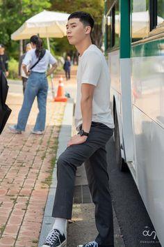 Go behind-the-scenes with Park Seo Joon for drama 'Itaewon Class'! Park Seo Joon Abs, Joon Park, Park Seo Jun, Seo Kang Joon, Hot Korean Guys, Korean Men, Asian Actors, Korean Actors, Dramas