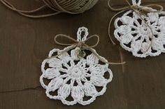 Crocheted gift tags made by ooty, free cotton smile motif by Pierrot. Such a cute idea.