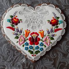 This heart was the top of a box. Iced Cookies, Cute Cookies, Royal Icing Cookies, Sugar Cookies, Hungarian Cookies, Ladybug Cakes, Food Art For Kids, Food Garnishes, Flower Cookies