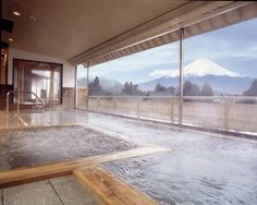Ryokan Japan - Discover in this article a selection of our 5 favorite Ryokan in Japan. They are located in Kyoto, Kawaguchiko and Hakone. Go To Japan, Visit Japan, Solarium, Japanese Hot Springs, Monte Fuji, Hotels, Hakone, Relaxing Places, Best Spa