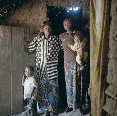 """Therese (a destra) all'entrata della sua casa nel villaggio di Batanga insieme a Charlene, una rifugiata della Repubblica Centrafricana. La sua famiglia ha accolto altre sei famiglie rifugiate costrette alla fuga a causa della guerra.  """"Ci hanno accolto e aiutato in tutti i modi"""". www.unhcr.it  UNHCR/B.Sokol"""