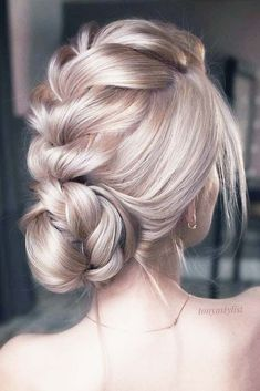 Prom hair updos stay trendy from year to year due to their gorgeous look and versatility. See our collection of elegant prom hair updos, as this important event is approaching and you need to start preparing. Catch some inspiration! #hairstyles #longhairs