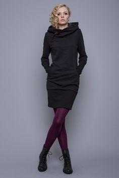 """""""nobilis"""" ist ein umwerfendes und einzigartiges kapuzenkleid mit liebe zum detail.  - schwarzer sweatshirtstoff (70% baumwolle, 30% polyester)  - runde eingriffstaschen zum durchgreifen  -..."""