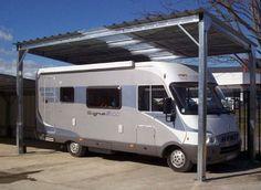 Cette large structure en métal permet de stocker votre camping-car et le passage autour y est simple. Cet abri dispose d'un toit plat en tôle galvanisée.