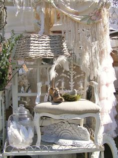 Vintage home decore antiques flea markets shabby chic ideas for 2019 Look Vintage, Vintage Shabby Chic, Shabby Chic Homes, Shabby Chic Decor, Vintage Porch, French Vintage, Vintage Items, Antique Booth Ideas, Antique Mall Booth
