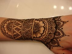 Indian mehndi design are the extensive artistic henna work. It is done with great delicacy and stunning imagination. Indian mehndi designs are usually loved by brides as it fills the hand gorgeous pattern. Hand Tattoos, Henna Tatoos, Neue Tattoos, Mehndi Tattoo, Henna Mehndi, Body Art Tattoos, Mandala Tattoo, Henna Mandala, Indian Henna