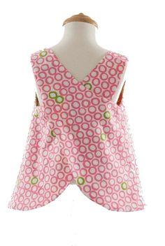 Een traditioneel schort patroon met crossover rug detail. Het schort is omkeerbaar. Het luier broekje kan ook gebruikt worden voor onder jurkjes.