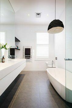 Moderne lustre géométrique et une salle de bain élégant en forme, couleurs et aménagement