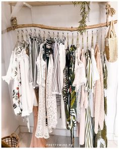 ▷ 1001 ideas for dressing room furniture that will decorate your .- Make your own dressing room cheap, clothes rail made of driftwood, hanging clothes in white color and small wicker bag - Home Accessories Stores, Room Decor For Teen Girls, Diy Casa, Clothes Rail, Cheap Clothes, Diy Clothes Rack, Hanging Clothes Racks, Easy Home Decor, Home Decoration
