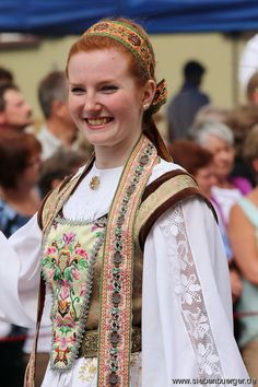 Kronstädter Tracht-Heimattag 2015 in Dinkelsbühl/Bayern Ukraine, Costumes Around The World, Folk Fashion, Folk Costume, People Of The World, Best Memories, Color Negra, Traditional Outfits, Beautiful People