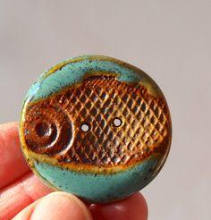 Bouton, bouton à la main, bouton poisson, grand bouton en céramique, bouton de grès