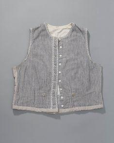 onderlijfje afkomstig uit Cadzand  hemdrok  ondergoed  ca 1900 - 1940  katoen  Nederlands Openluchtmuseum  Op de taillelijn zijn ogen genaaid. Hieraan kan de rok gehaakt worden #Cadzand