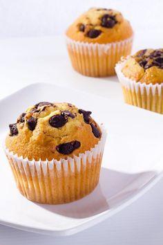 Muffins de Vainilla con Chispas de Chocolate Te enseñamos a cocinar recetas fá-Atıştırmalık tarifler Healthy Cupcake Recipes, Easy Smoothie Recipes, Baking Recipes, Dessert Recipes, Desserts, Oatmeal Muffins, Mini Muffins, Chocolate Muffins, Chocolate Cupcakes