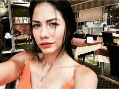 Demet ozdemir cilek kokusu She Was Beautiful, Beautiful Women, Ariana Grande Wallpaper, Olay, Turkish Actors, Actors & Actresses, Camisole Top, Tank Tops, Celebrities