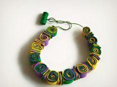 Collana colorata in feltro con spirali di Buttonstyle su Etsy, €11.00