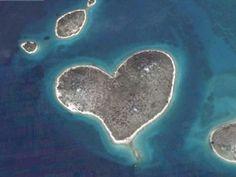 Galensjak, une petite ile en forme de coeur au large de la Croatie.