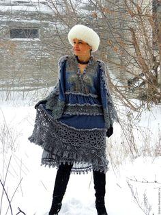 Купить или заказать Зимнее БОХО платье (№31) в интернет-магазине на Ярмарке Мастеров. ПРОДАНО Бохо, классика, креатив. Ткань, пряжа. кружево.И все это в одном платье. Три оттенка серого, но точно не скучное, ажурное и воздушное, но очень теплое. Платье-противоречие, впрочем - как и сама женщина. Платье выполнено из шерстяного трикотажа (ангора), натурального, сказочного по своей красоте, хлопкового кружева и мохера. Юбка асимметрична. Нижняя юбка платья - …