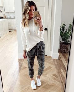 Casual Fall Outfits, Cute Outfits, Moda Outfits, Athleisure Outfits, Fashion Outfits, Clothes For Women, Camo Joggers, Women Joggers Outfit, Sweatpants Outfit