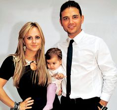 Tina O'Brien (Sarah Platt) and Ryan Thomas (Jason Grimshaw) from Coronation Street, with their daughter, Scarlett, in a picture from when they were a couple off-screen. Jason Grimshaw, Finding Love Again, Ryan Thomas, Coronation Street, Carnation, Celebrity Photos, Soaps, Love Her, Spanish