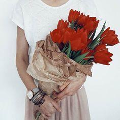 Słońce usadowiło się na mej ścianie Wstawaj, wstawaj tulipanie kończ zimowe sny ! Idą ciepłe dni .. 😆 Good morning Beautiful Friends ❤ _____________________________________ #dziendobry #vscoworld #burker #burkerwatches #darlingmoment #handsinframe #inspiredbynature #kwiaty #flowers #morningslikethese #freshflowers #warsaw #nothingisordinary #rsa_ladies