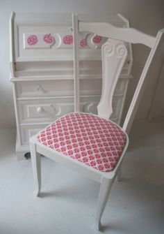 Prachtige secretaire met stoel. www.mimi-enco.be/ #kinderbureau #kindermeubelen #kinderkamers