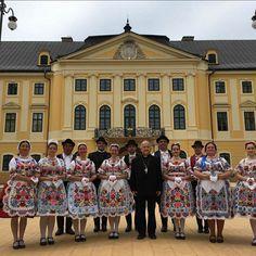 Piros Rózsa Táncegyüttes tagjai Kalocsai viseletben a Kalocsai Érseki Kastély előtt - Instagram: pirosrozsatancegyuttes