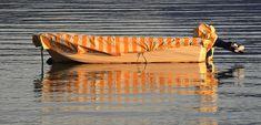 verhülltes Motorboot im Mittelmeer