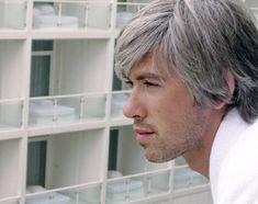 Beyazlayan Saçlar İçin Çözüm Doğal Bakım  Saç beyazlaması saça rengini veren melamin denilen boyar maddenin azalarak saçın tırnak gibi şeffafa yakın beyaz renk almasıdır.    Saç kökünde saçı oluşturan hücrelerin arasında melamin pigmenti salgılayan melanositler vardır. Bunlar yıllar içerisinde ölür ve renk vermez duruma gelir. Bu saç beyazlamasının tek nedenidir. İşte size  saç beyazlamasına karşı  doğal çözüm yolu.