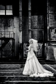 Trouwfotograaf bruidsreportage Rotterdam Maassilo-5 Bride Groom Photos, Wedding Bride, Wedding Dresses, Wedding Photography, Photography Ideas, Wedding Photos, Rotterdam, Urban, Bride Gowns